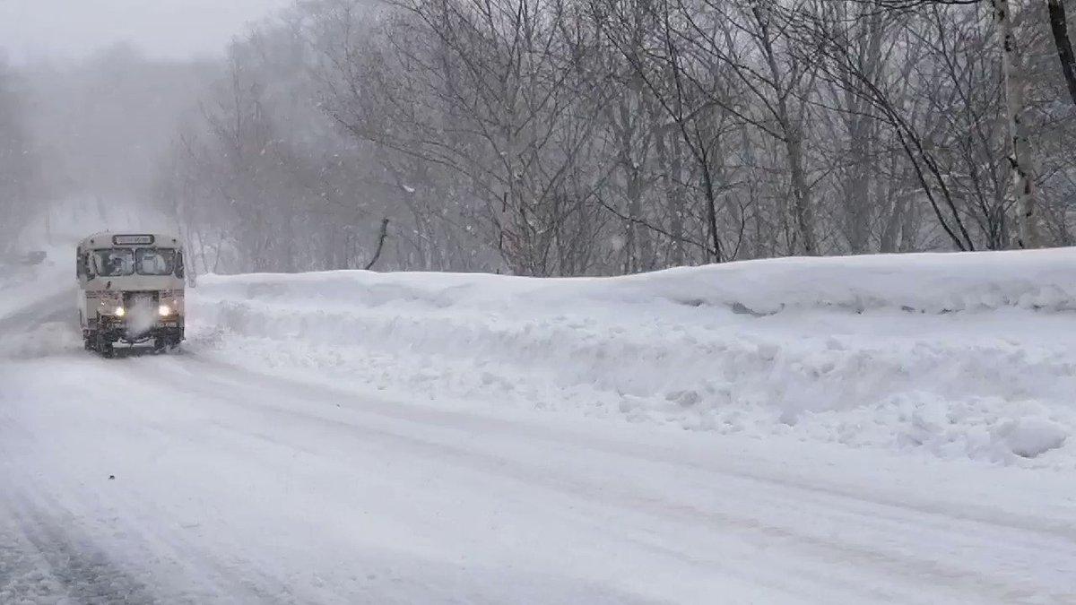雪深い岩手の秘湯では、今でも現役でボンネットバスが走っている!岩手県北バスの八幡平マウンテンホテル〜松川温泉の区間は、冬期は積雪し通常のバスでは走行できないため、今なお1968年式の四輪駆動のバスが使用されているチェーンを巻いて轟音を上げ山道を登っていく姿は最高!#松川温泉巡検