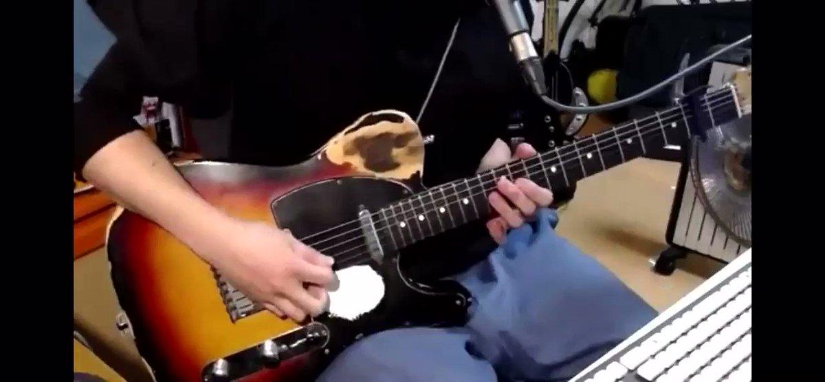 ヤヅキの大体の生配信はこんな感じでギター弾いてます。自ら演奏してみたをするスタイル。