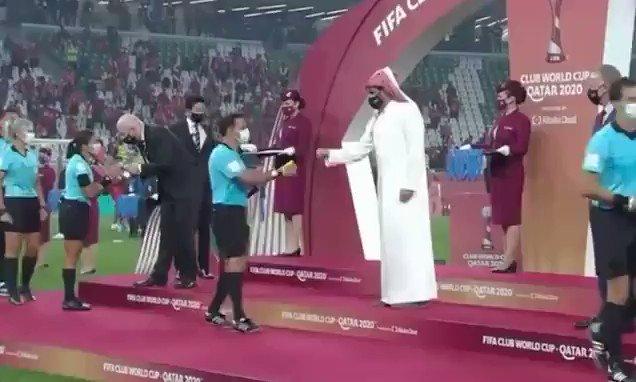Me dan vergüenza estas imágenes. No hay cultura, religión ni ideología que justifique este comportamiento hacia una mujer.  #Qatar2021 #MundialDeClubes