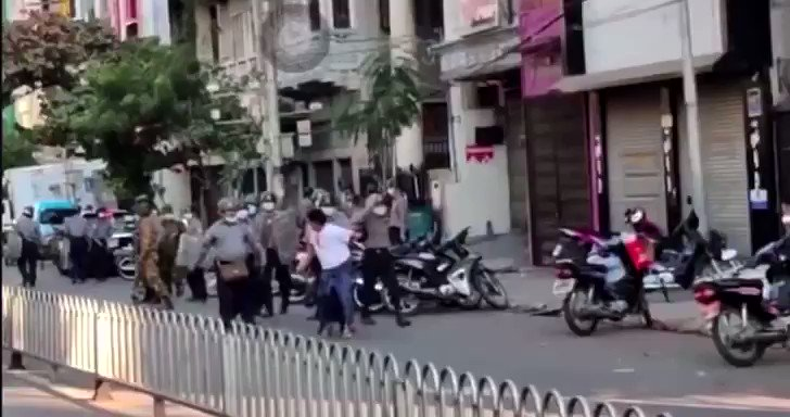 Polices and soliders violence to citizens in mandalay !   WE ARE NOT SAFE #Feb15Coup #WhatsHappeningInMyanmar