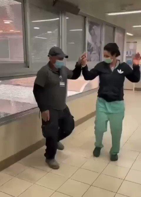 إسرائيل تغرد : فقرة ترفيهية في يوم عمل مفعم بالتحديات. رقصة يمنية شهيرة في مشفى اسرائيلي تنطلق بصورة عفوية على وقع …