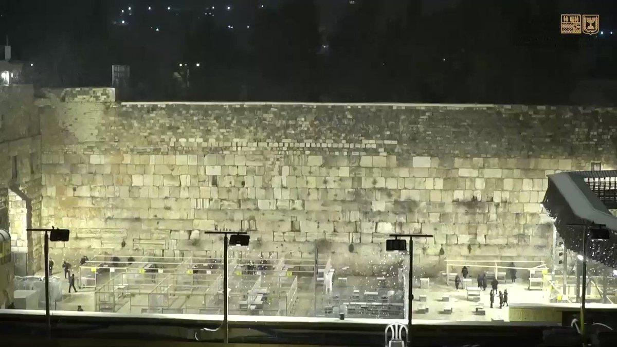 إسرائيل تغرد : أورشليم القدس المدينة المقدسة تكتسي بالحلة البيضاء لأول مرة منذ 6 سنوات @westernwall_il …