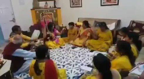 """""""फगवा बृज देखन को चलो री"""" आज बसंतपंचमी का उत्सव ऋतुराज राग बसंत को गा कर मनाया  अपनी शिष्याओं के साथ सरस्वती पूजन के बाद बसंत की आराधना हुई। #BasantPanchami"""