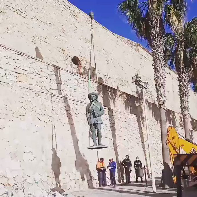 Last statue of dictator Francisco Franco removed from Spanish soil Photo