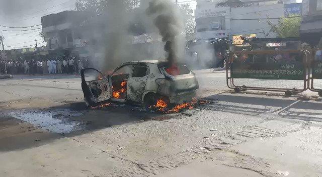 #Aligarh: रोड पर चलते-चलते कार बनी आग का गोला   भीड़-भाड़ वाले चौराहे पर कार में लगी लगने से मची अफरा-तफरी, कार में सवार लोगों ने बमुश्किल बचाई जान, सूचना पर पहुँची दमकल की टीम, आग बुझाने में जुटी, थाना सासनी गेट इलाके के चौराहे की घटना @aligarhpolice @Uppolice