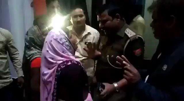 यह यूपी पुलिस के बहादुर इंस्पेक्टर फीरोजाबाद में तैनात है ! अपनी फ़रियाद सुनाने आयी महिला को कैसे धक्के मार रहे है देखिये ! इनसे पूछिये कि इनकी मॉ और बहन को कभी पुलिस के सामने जाना पड़े और यह हाल करे इंस्पेक्टर तो कैसा लगेगा ! ख़ौफ़नाक हालात !