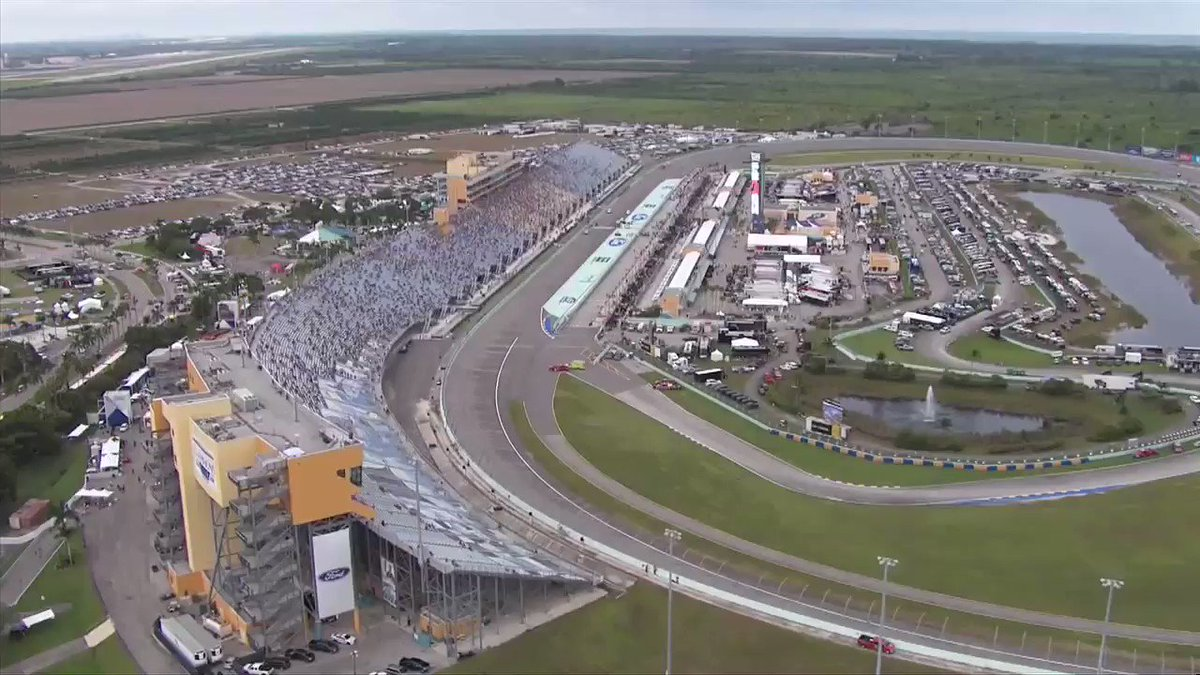 NASCAR is back in my backyard @HomesteadMiami this weekend! Flashback to when they let me give the starting command! @NASCARonFOX 3:30PM EST #NASCAR #NASCARReturns #UFC #FRM https://t.co/WS7Xu4YgMP
