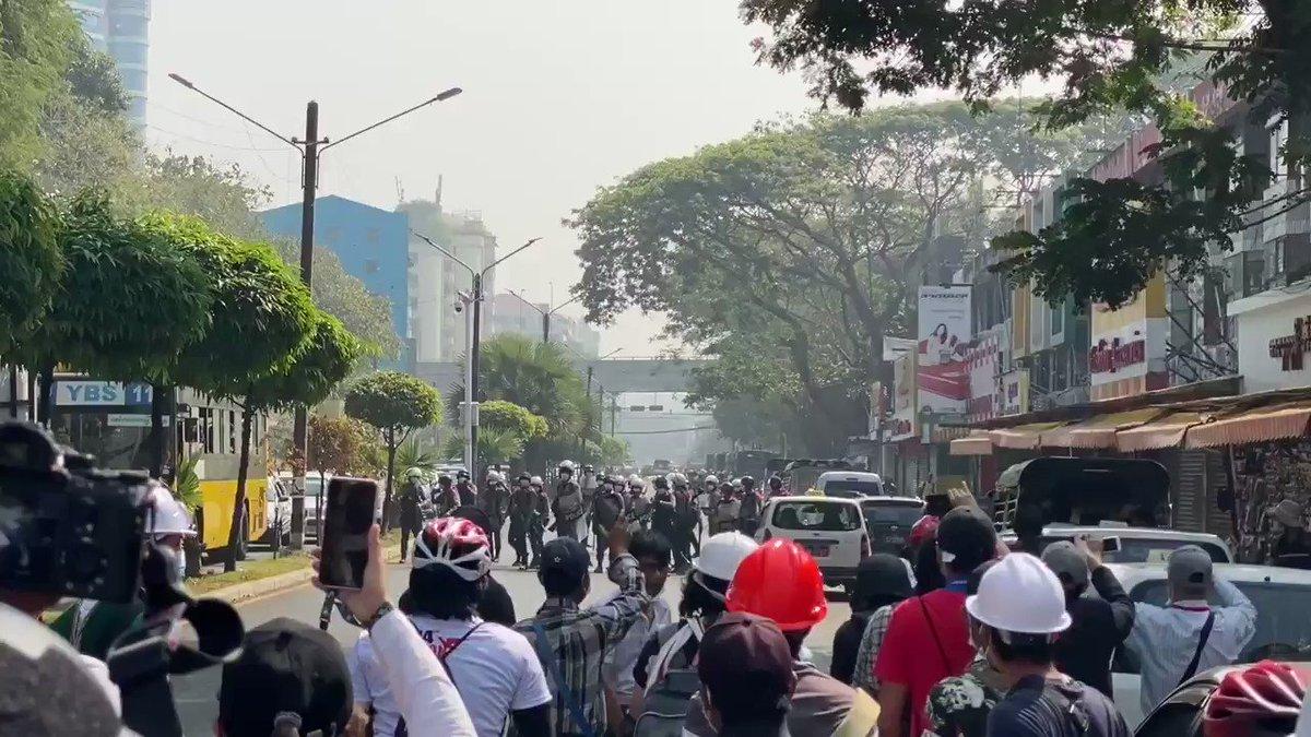 #HappeningNow police arrest some protesters in MyayNeGone of #Yangon — strikes do not step back.   #WhatsHappeningInMyanmar https://t.co/aJXJ9FuQy5