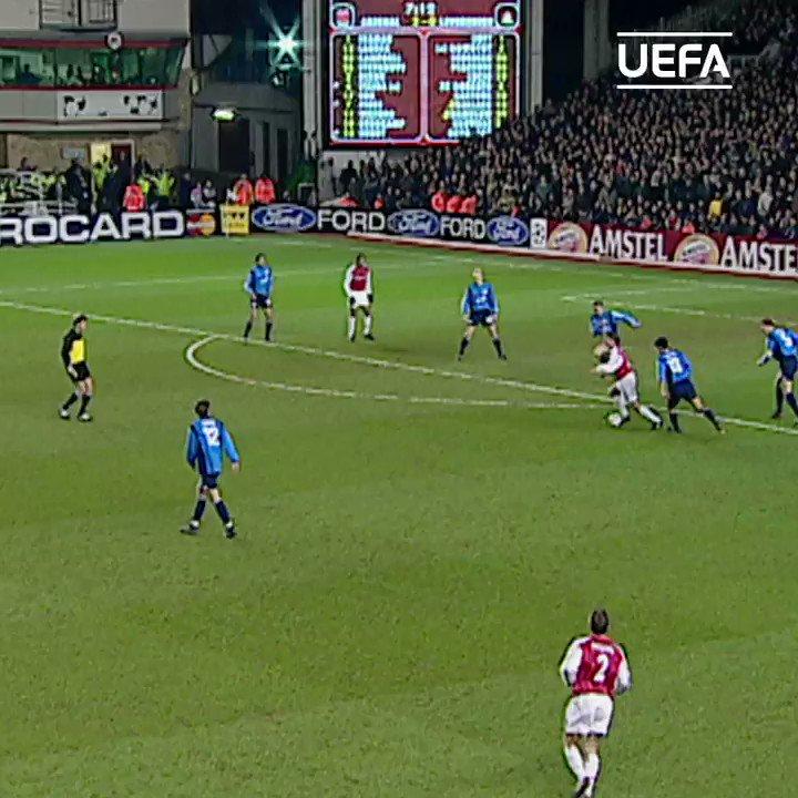 😍 𝑬𝑺𝑻𝑶 de Dennis Bergkamp en 2⃣0⃣0⃣2⃣‼  ¿El mejor jugador que ha pasado por el Arsenal?  #UCL | @ArsenalEspanol https://t.co/CKPwsKImYQ