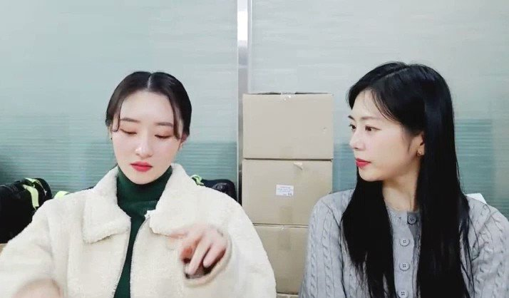 The way SUA answer the phone call😂  *Food delivery arrived* 🐥: Yes~hello~ 🐥: Okay, I am coming now~  🐥: They would think I am weird right?  😂😂😂