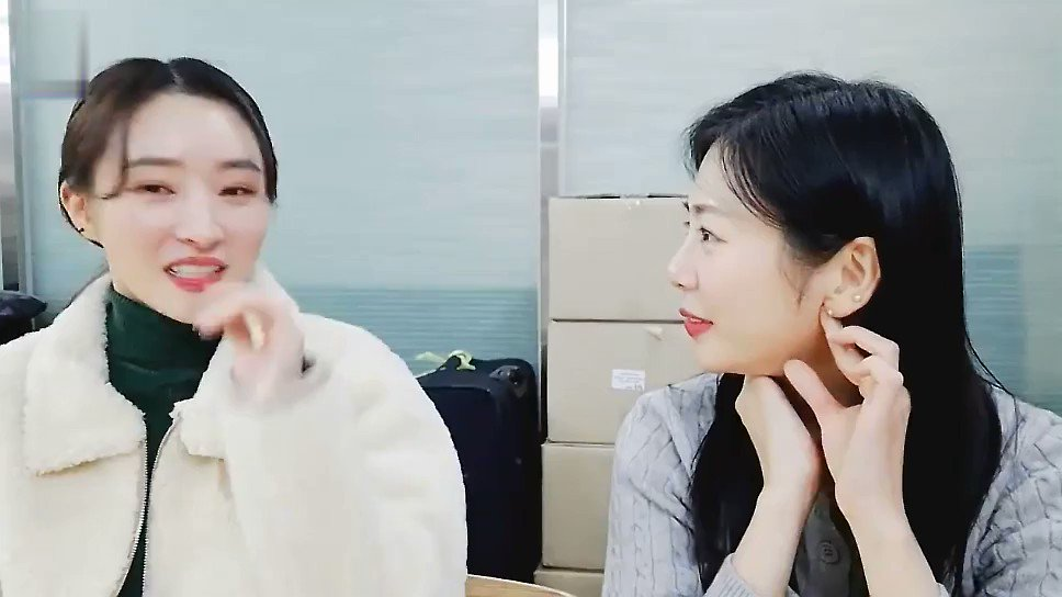SUA didn't save CEO's number🤣  After promotion, 🐥🐶was gonna watch a movie in the living room. 🐥got an unknown phone call.  🐥: Who?*Alert* *slient* 🐥: Hello? CEO: SUA-YA! 🐥: (He knows me?) CEO: SUA-YA! 🐥: (Sounds familiar?) 🐥: CEO nim?!!  (1/2)