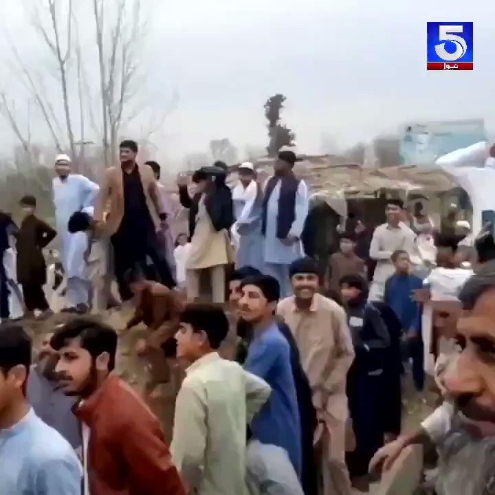 خیبر پختونخواہ کے ضلع چارسدہ میں وفاقی وزیر توانائی سوئی گیس کے افتتاح کئے بغیر علاقے سے روانہ، لوگوں نے سائن بورڈز پر پتھروں کی بارش کردی۔ #Pakistan