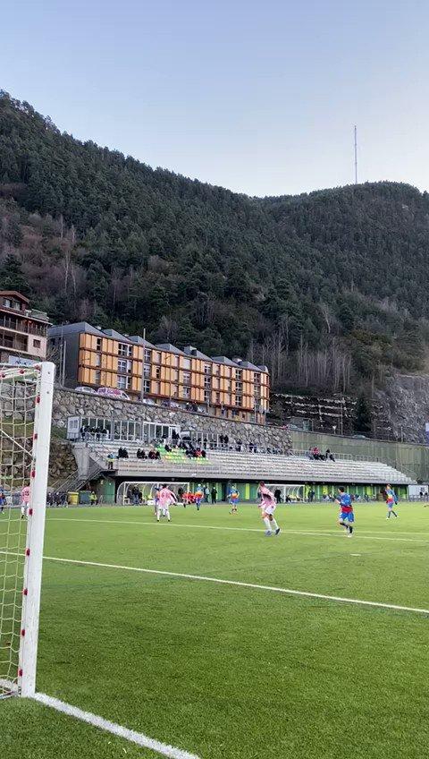 ⏱ 29' | Ocasió tricolor! Ho prova Saverio des de dins de l'àrea!   0️⃣ FC Andorra 0️⃣ AE Prat  #SomTricolors🔵🟡🔴 #AndorraPrat