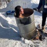 雪の上でのドラム缶風呂は危険!牛が生まれる瞬間に激似