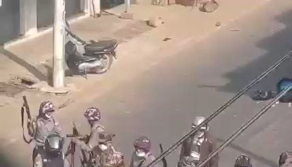 DAWEI: A soldier gives the gun to a police for like test-shooting. And when he hit a man, all celebrate happily. Today in Dawei, Tanintharyi. #MilkTeaAllianceMyanmar https://t.co/7kas3h4k5T
