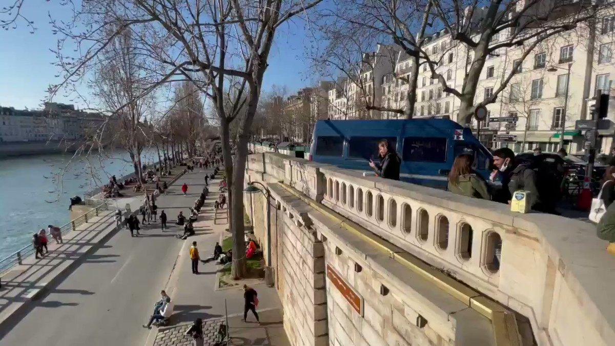 🔴 #PARIS - Les forces de l'ordre empêchent l'accès aux quais de Seine.   «Il y a trop de monde» explique un gendarme.   L'accès est pourtant possible en marchant un peu plus loin.   @ClementLanot