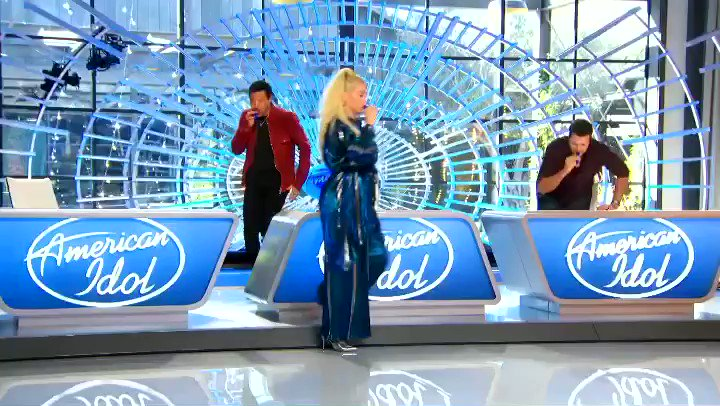 West Coast, march on over to your TV, #AmericanIdol is on now 🙃