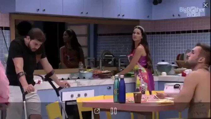 Sarah falando que seguia o Bolsonaro, e parou de seguir quando soube que ia entrar no BBB