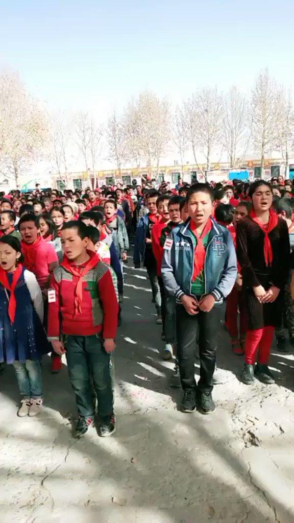 母国語が奪われたウイグル人の子供達。 中国共産党はウイグル人を大量に拘束虐殺しつつ、幼稚園から大学までウイグル語で書かれている全ての教科書を燃やして子供達を漢族化し始め、神様から与えられている言葉を奪っている。 ウイグル人の子供達を助けてください。 #ウイグル人大量虐殺