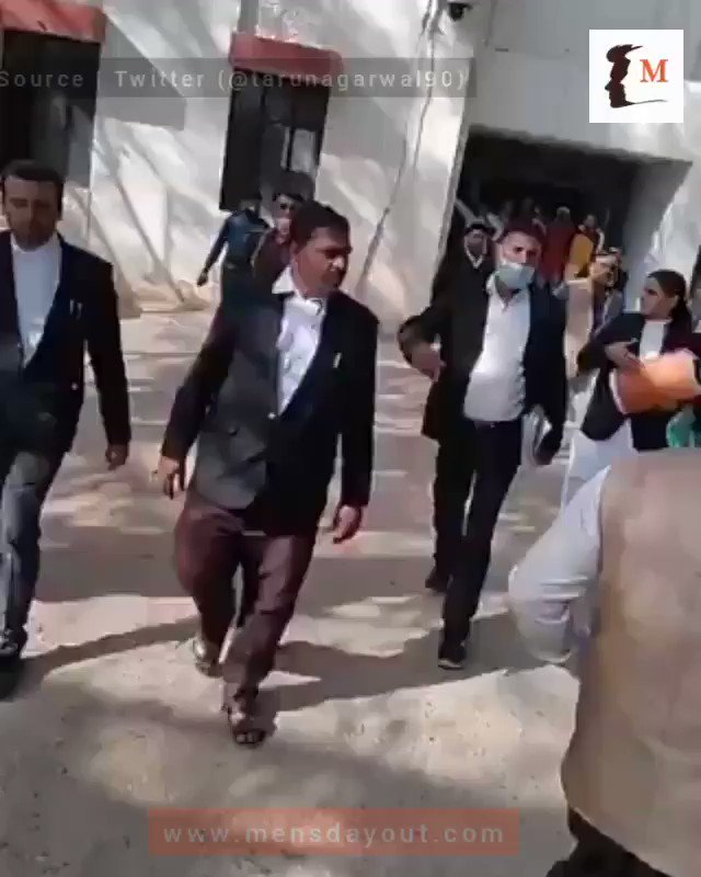 #Budaun | Woman's family could not prove charges of Dowry and Assault. They started thrashing husband and his family outside court.   As reported by @tarunagarwal90, woman is a lawyer herself and demanding lot of money from husband  #GenderBiasedLaws #MenToo