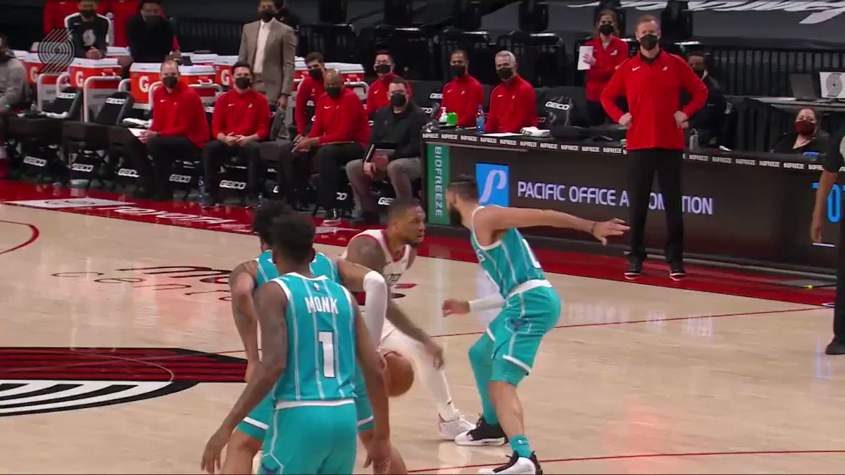Stepback... buckets! 🎯  Dame (20 PTS, 5 3PM) closes out the 3rd quarter in style on NBA TV! https://t.co/GvukLDbygZ