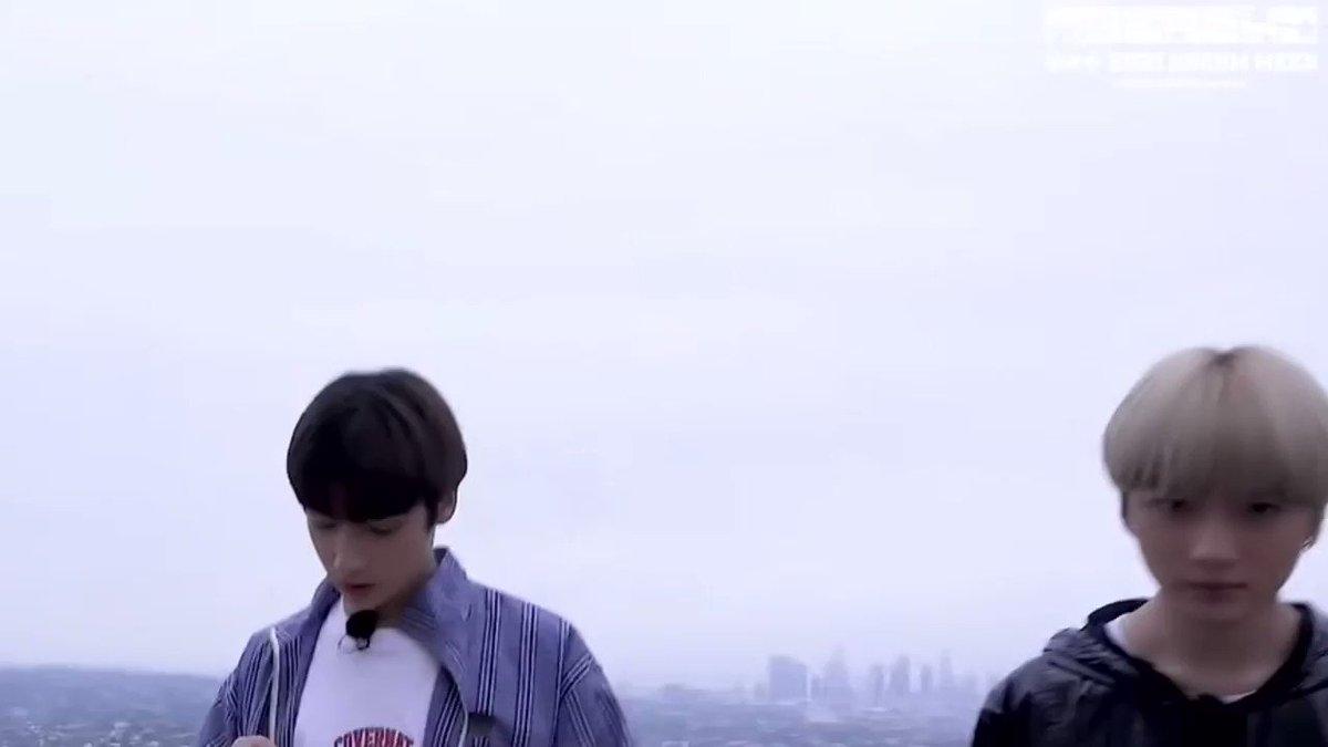 🐧: (หอยทาก)น่ารักจัง^^ 🐻: เหมือนฉันใช่มั้ยล่ะ? ฉันก็น่ารักนะ แต่นายไม่ต้องพูดแบบนั้นบ่อยๆก็ได้ ฮยองก็พอจะรู้อยู่แหละ ว่าฮยองน่ะมันหน้าตาดี น่ารักด้วย~ 🐧: .....  เอิ่ม พูดอย่างหน้าตาเฉย ยอมเลยบอม ยอมเลย!😆 #TXT #HUENINGKAI #BEOMGYU @TXT_members