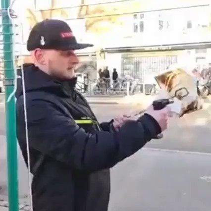 حاول حرق القرآن الكريم في أحد شوارع الدنمارك لكن أتاه الرد السريع من بعض الشبان المسلمين الغيورين على دينهم ♥
