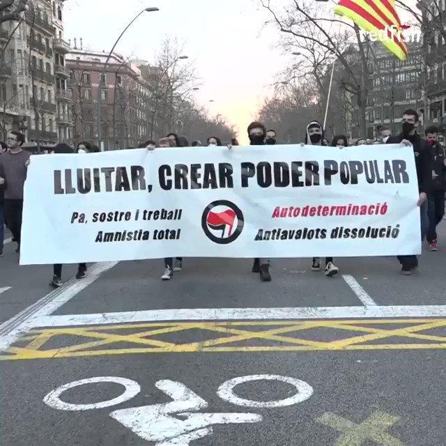 Miles salieron a las calles de Barcelona para protestar por la detención del rapero comunista Pablo Hasel. por supuestamente insultar a la Corona ya las instituciones del Estado con su música y su activismo. #AlwaysherewithMew #SoulofaNation  #iubb