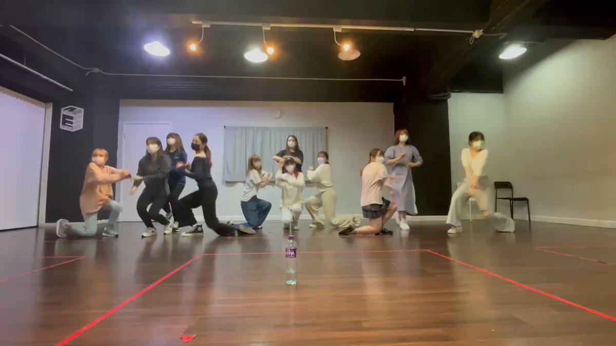 Image for the Tweet beginning: IZ*ONEさんの #Sequence を #踊ってみた 🤍 ダンスで生活を埋めつくした! 簡単だけど、楽しいです。 (白い服で赤髪の人です) #りんかダンス