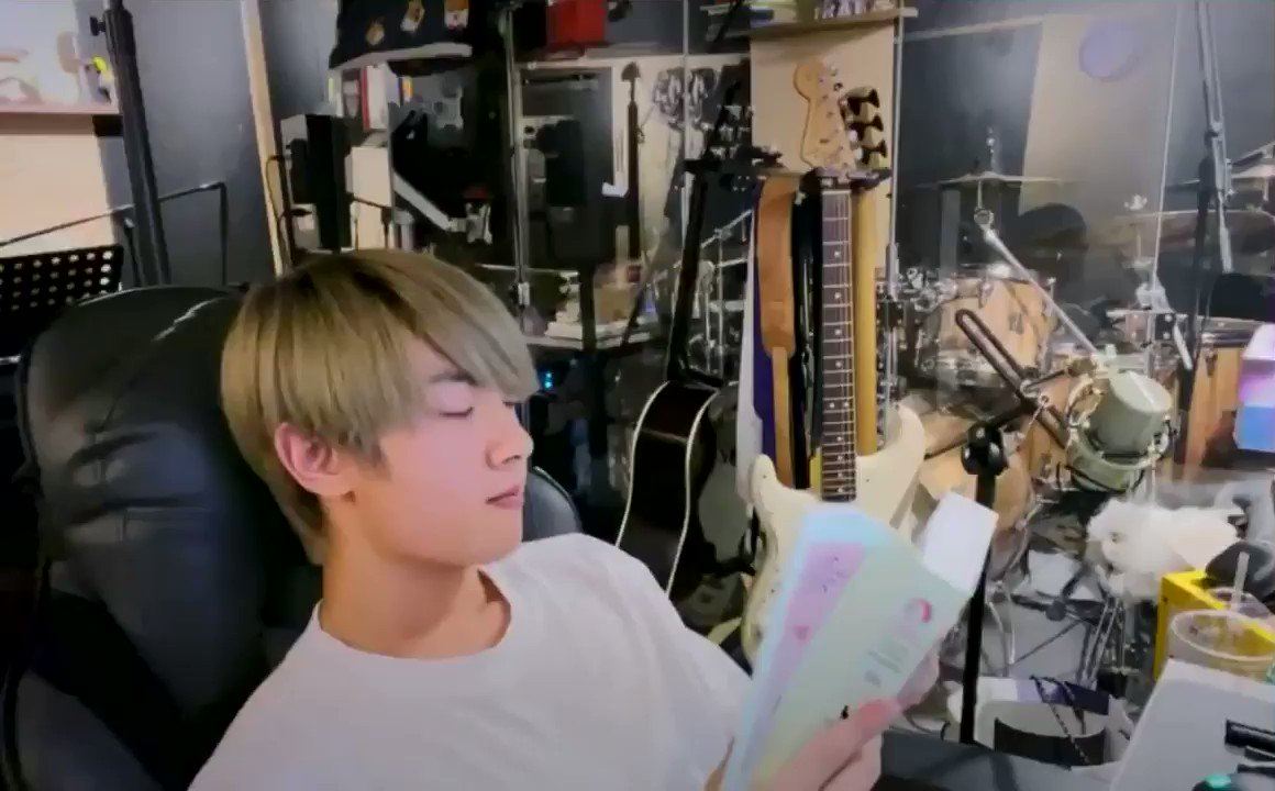 does your kpop boy have reading vlives so you can work/study/relax with quiet companionship?  does he prepare acoustic bgm versions of their songs so you're wrapped in extra comfort??  kang hyungu does and weves are the luckiest ever 😭❤️🌸  @official_ONEWE #원위 #강현