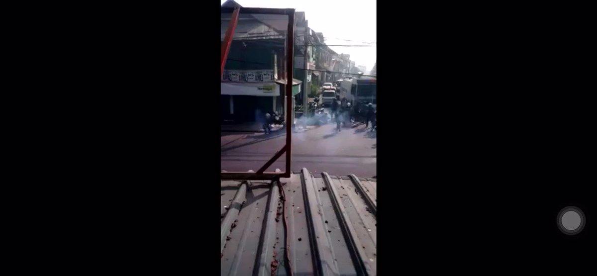 Polices shot Myanmar People  #SaveMyanmar #Myanmarcoup #democracy #Myanmar #Burma #whathappeninginmyanmar #military #coup #myanmarprotest #BurmaCoup  #Yangon #Rangoon #MyanmarMilitaryCoup https://t.co/6ab7mxKKLe