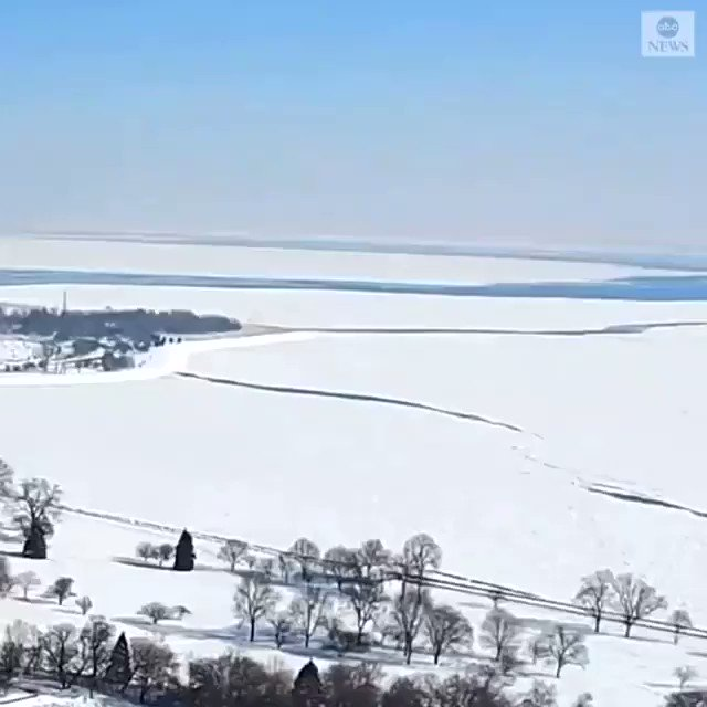 Timelapse footage captured a huge sheet of ice breaking away from the shore of Lake Michigan near Chicago, Illinois, amid windy weather. https://t.co/f60UMLZbGN