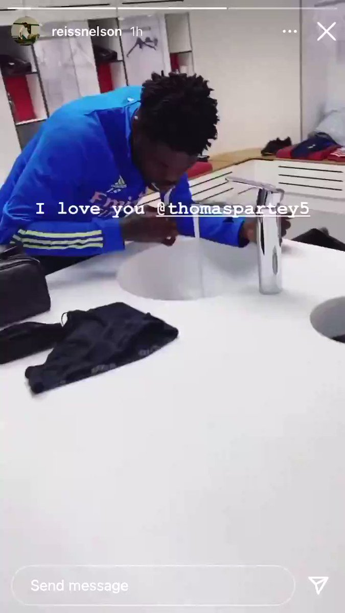 """Reiss Nelson catching Thomas Partey brushing his teeth in the dressing room is the funniest thing. 😂😂  """"You know what, it's alright - look at him - we love Thomas!"""" ❤️  @ReissNelson9 @Thomaspartey22"""