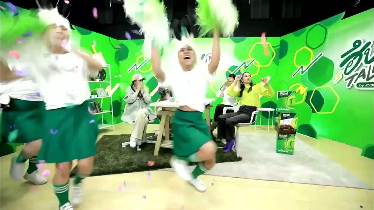 後面綠色衣服的孩子也很嗨🤣