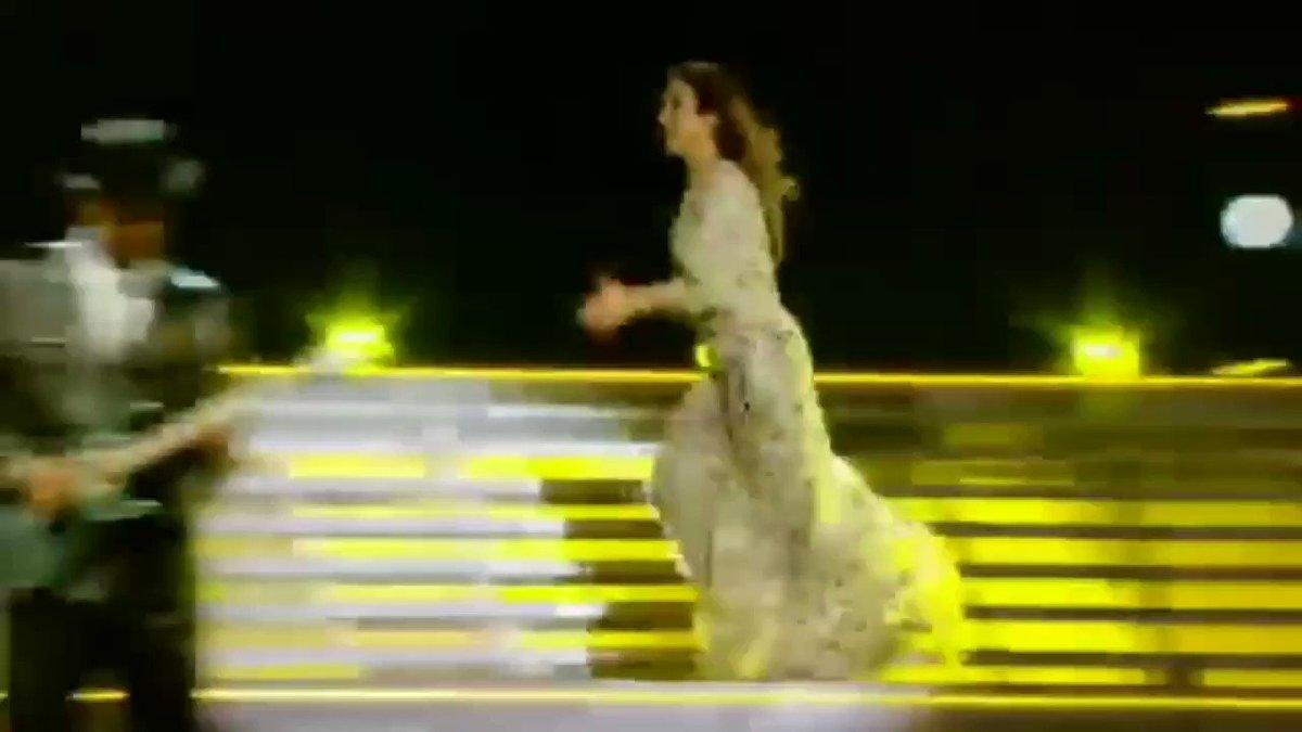 """""""Ivete, vc tem 30 segundos pra me mostrar um vídeo do público cantando pra vc""""  A Ivete mostrando esse vídeo com pessoas de todo o canto do mundo cantando pra ela:"""