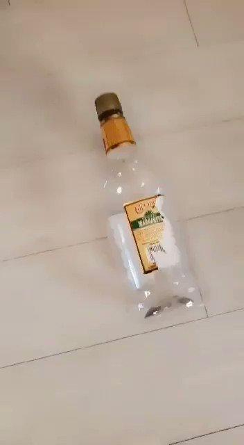 Quien crees que va a terminar primero sin ropa en este rico juego de la botella? Averígualo deslizando