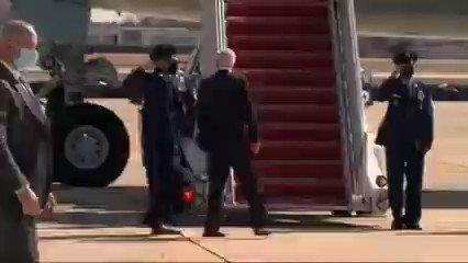 شاهد كيف تعثر الرئيس الأمريكي جو بايدن وسقط 3 مرات أثناء صعوده الطائرة!