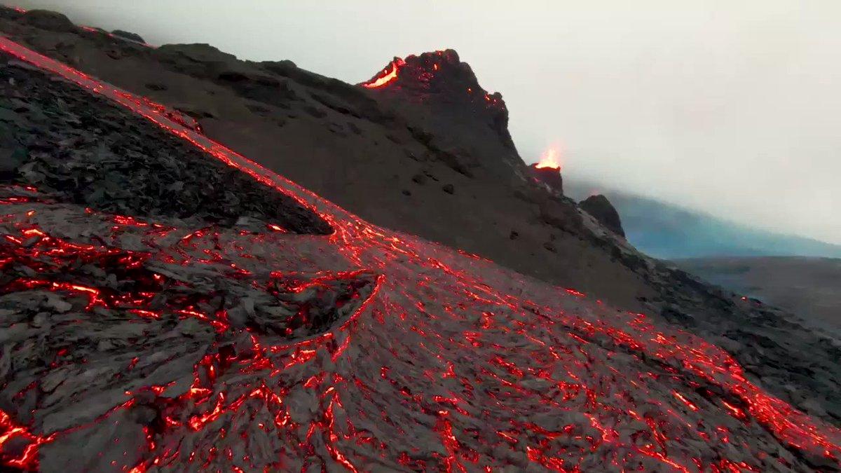 アイスランド南西部のファグラダルスフィヤル火山が今月19日から噴火している。その様子を低空を飛ぶドローンで見事にとらえた30秒間の動画。細長く流出した溶岩に沿ってドローンを飛ばし、溶岩が噴出している火口に至る。地元の Bjorn Steinbekk 氏が撮影。 via @BSteinbekk