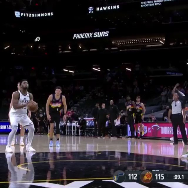 Chris Paul went to high five Donovan Mitchell after he missed the clutch free throw. 💀💀  (h/t @TopBallCoverage)    https://t.co/MRWUlurZO9