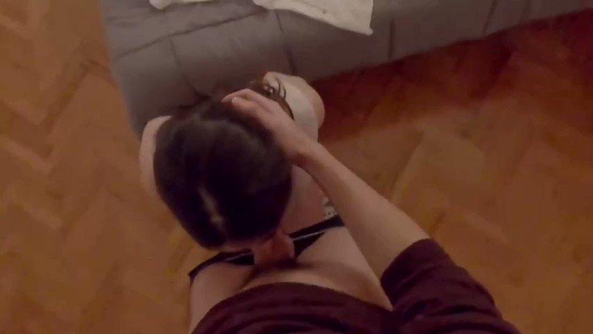 Vip escort kadının eteğini kaldırmış havaya ayak üstü sikiyor