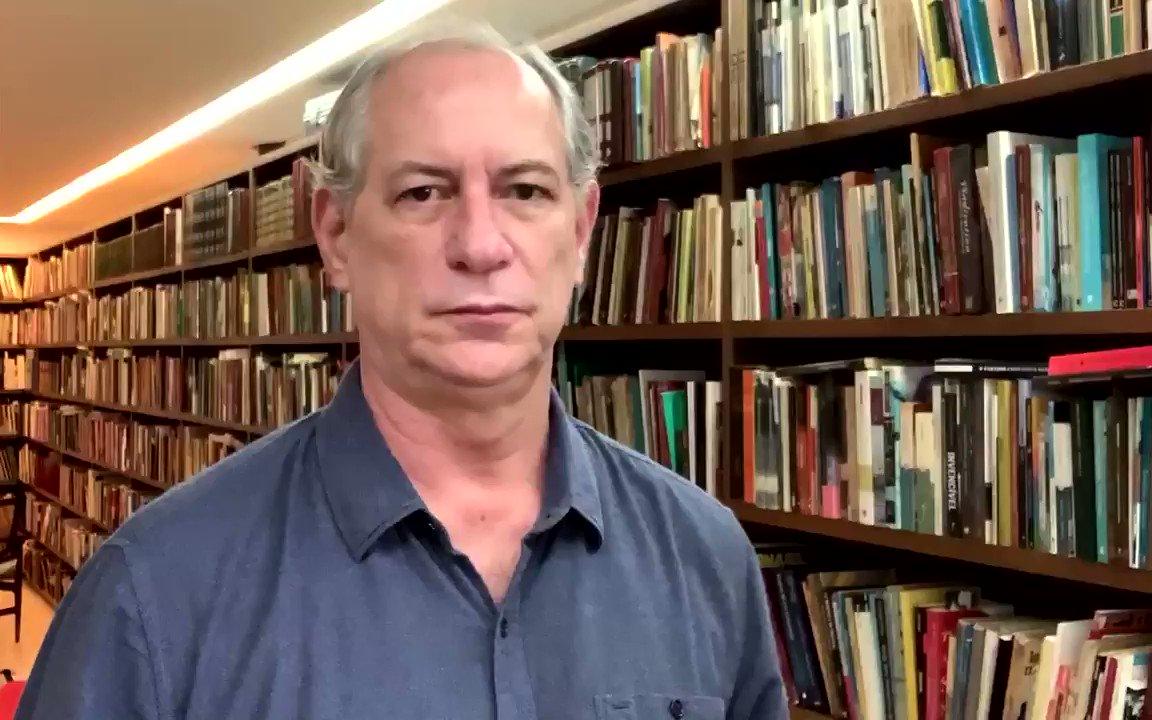 Bolsonaro defende a tributação de livros sob o  argumento absurdo de que pobres não consomem livros no Brasil. Querem livros só para os ricos. Mesmo pensamento de quando negou a vacina e depois trabalha para sua privatização. O Brasil não pode conviver com isso! https://t.co/psUCPhgkRb