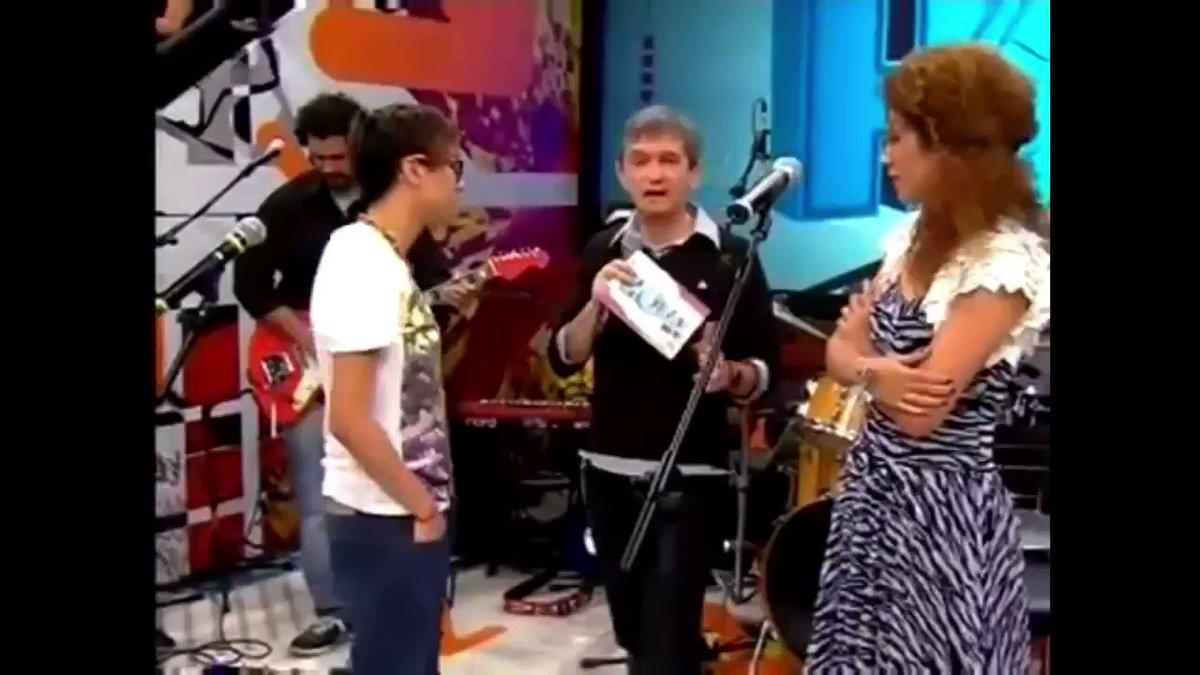 """Vanessa e @mariagadu cantam no #AltasHoras """"Longe Demais"""" (@liminhaoficial / Vanessa da Mata), canção que faz parte do primeiro disco de Vanessa. O programa foi ao ar em novembro de 2010.   @oserginho #EquipeVDM https://t.co/0DLiUGBmtg"""