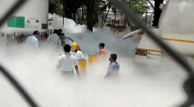 Image for the Tweet beginning: Назападе Индии, из-за утечки кислорода,