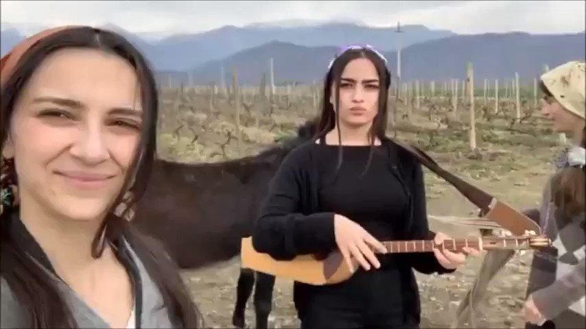 言葉はわからないけど、バズリまくった心に残る音楽!「ジョージア」10代の女の子3人組が素敵すぎる