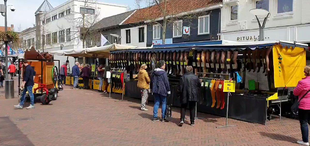 Woensdag j.l. weer eens opgetreden. #Weekmarkt #Waalwijk #Politieagent #SjefVanPuffelen ook de #terrassen open. Lekker sfeertje. #Anderhalvemeter #Handhaving