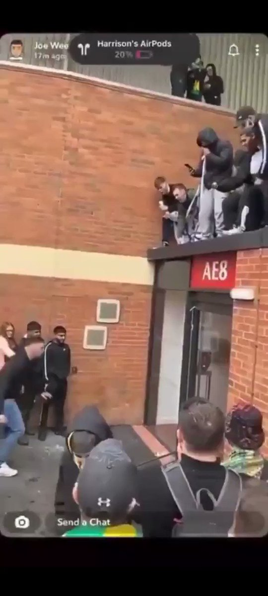 Na how the angry Manchester United fans bin break into Old Trafford after vandalizing the door. Wow 😳   #MUFC #MUNLIV https://t.co/3D2YT2bKWM