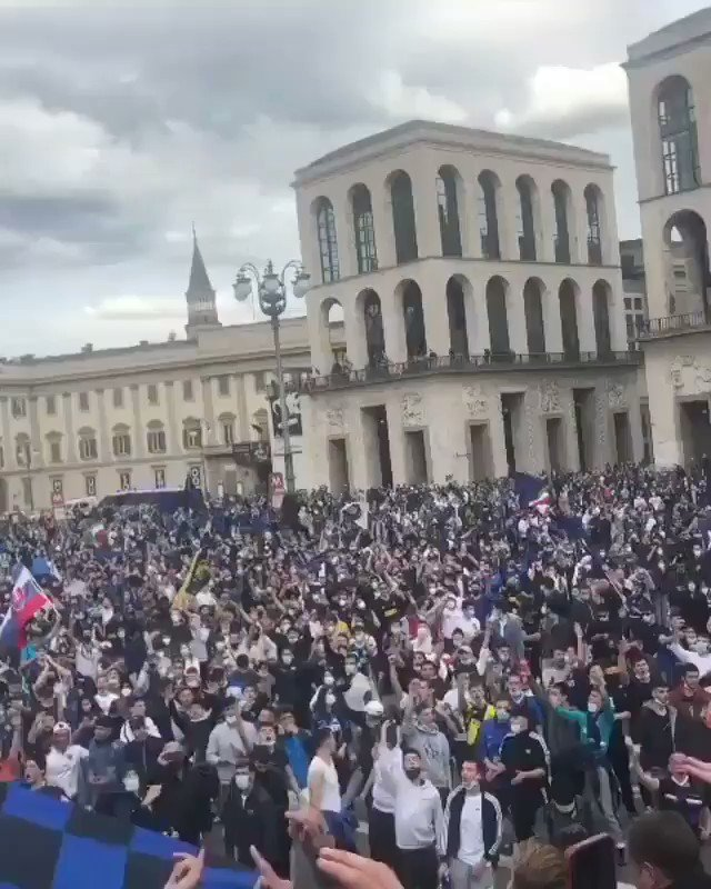 After the year we've all had (and the decade #Inter have had 😉) there's something quite poetic about these scenes from Milano's Piazza Duomo  #InterMilan #IMScudetto #fcim #Scudetto19 #forzainter #IMInter https://t.co/gdyKqKAFSp
