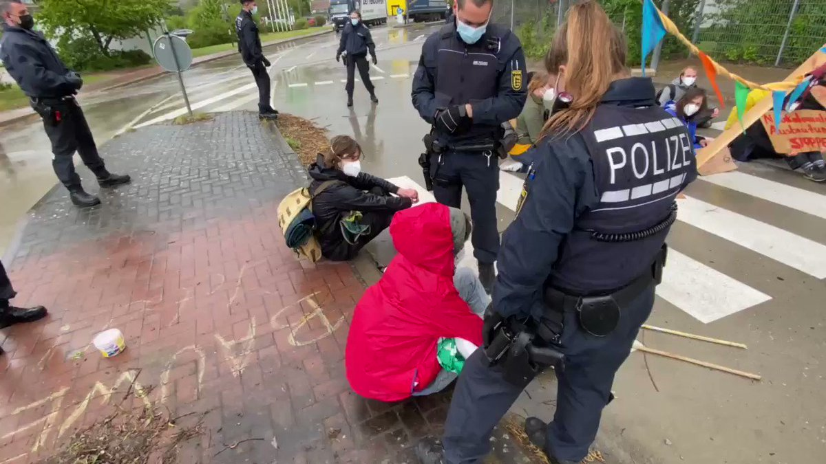 Meine zweite aktive Beteiligung bei #extinctionrebellion @XR_Heidelberg und das erste Mal bin ich nicht freiwillig gegangen. Morgen folgt eine angemeldete Demo vor Heidelbergcement.  #EndCement #ZukunftStattZement #KlimaKillerZement