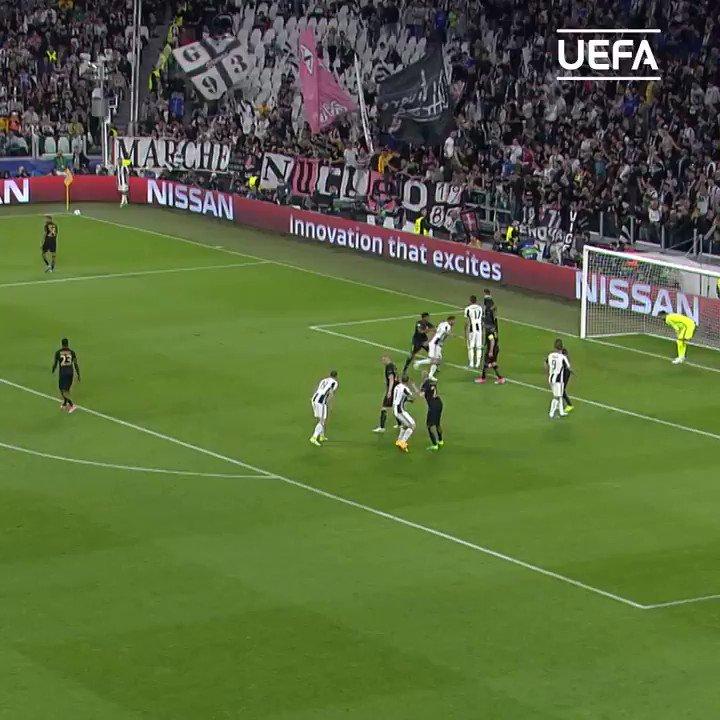 📆 #TalDiaComoHoy en 2017, Dani Alves fabricaba esta 𝐕𝐎𝐋𝐄𝐀 para la Juve...🤩  ¿El mejor lateral de la historia? 🤔  #UCL | @DaniAlvesD2 https://t.co/AkYzz12IeT