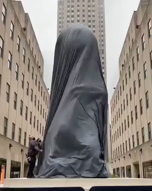 """WATCH: New 25 foot-tall statue unveiled in NYC, Rockefeller Center to honor """"African culture"""" - Smithsonian Magazine https://t.co/FjNYHbJRfz"""